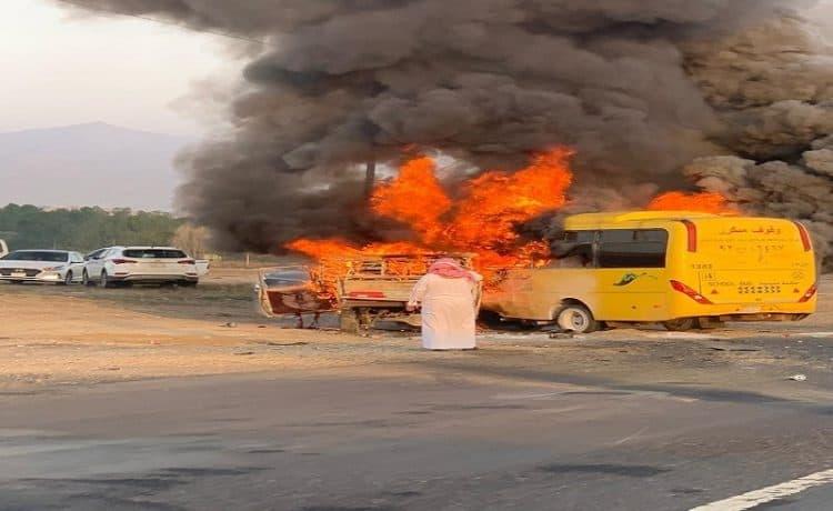 اشتعال حافلة لنقل الطالبات في محايل تسفر عن أربعة إصابات
