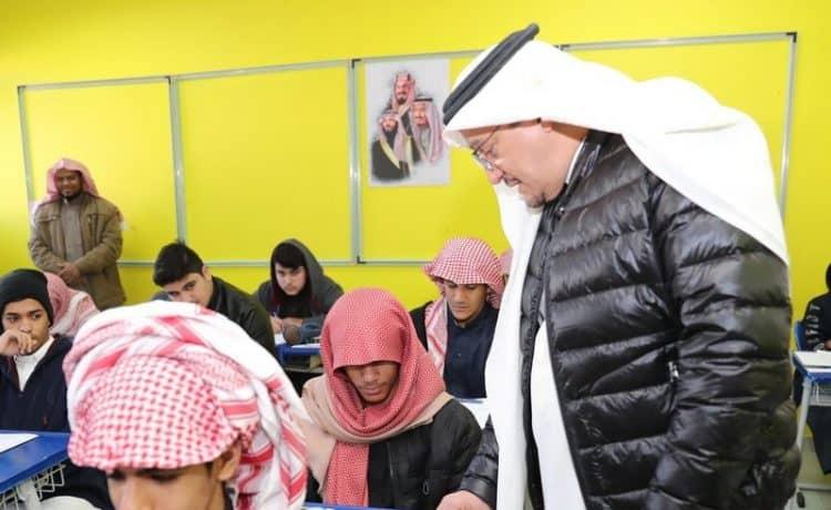وزير التعليم يتفقد سير الاختبارات الفصلية لطلاب الابتدائية بعد 14 عام من الانقطاع
