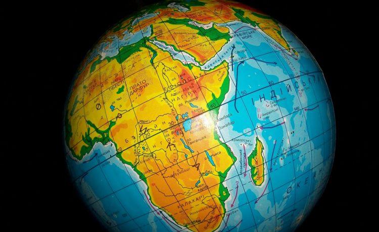 خطوط الطول هي المسافة بين خط الاستواء وأي نقطة على سطح الأرض شمالا وجنوبا