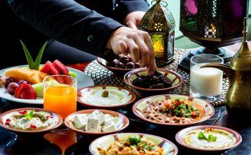 من يُباح له الفطر في رمضان ويجب عليه الكفارة